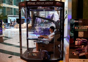 man pod for husband and boyfriend bored at the mall - Retail in Asia